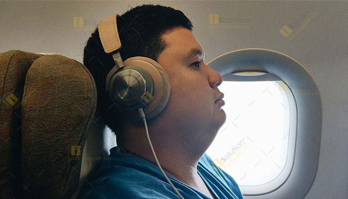 Máy bay cất và hạ cánh có nên đeo tai nghe?